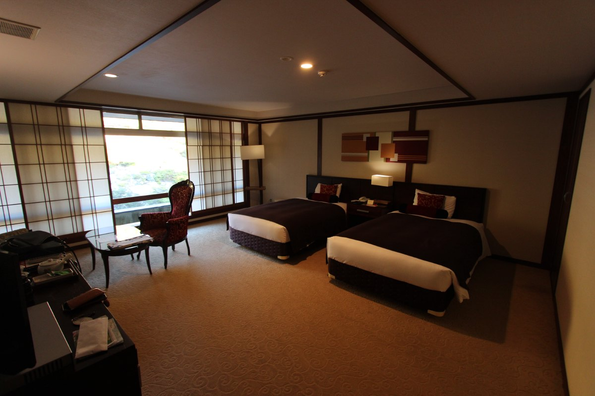 Nice and spacious room overlooking the hot springy hillsideNice and spacious room overlooking the hot springy hillside.