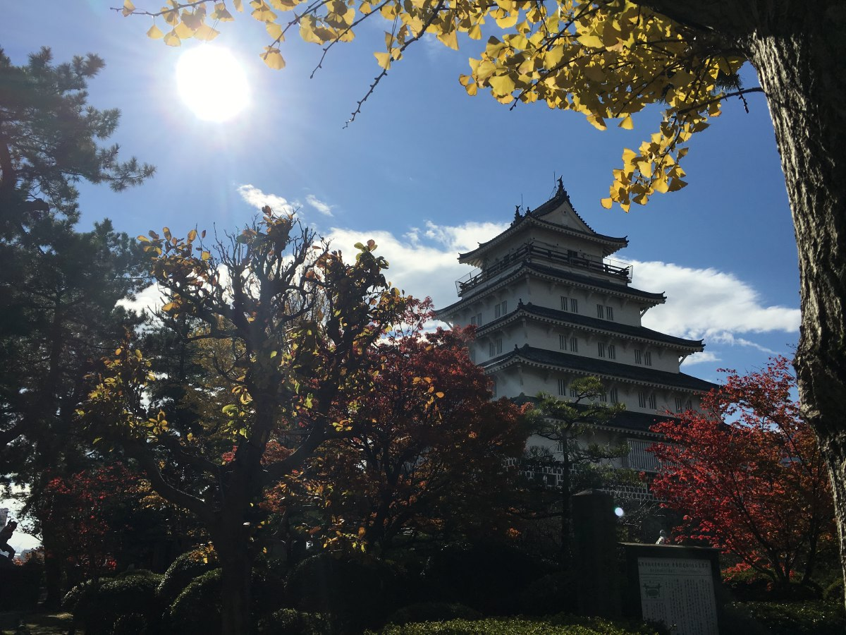 Shimabara Castle is a white walled castle built during the early Edo Period as the seat of the local feudal lord. The castle is far larger than those found in domains of similar status.