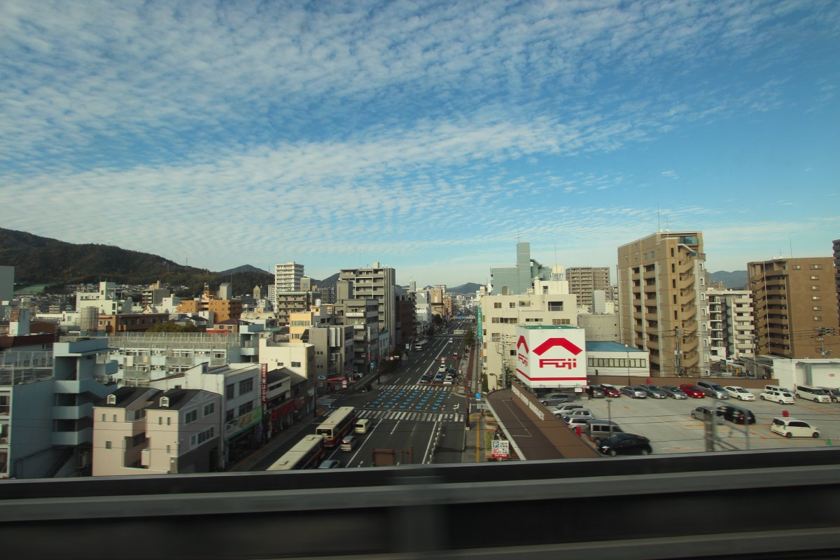 Along the tracks between Fukuoka and Osaka, we only see urbanised areas with mountains in the background. Here we pass Hiroshima.