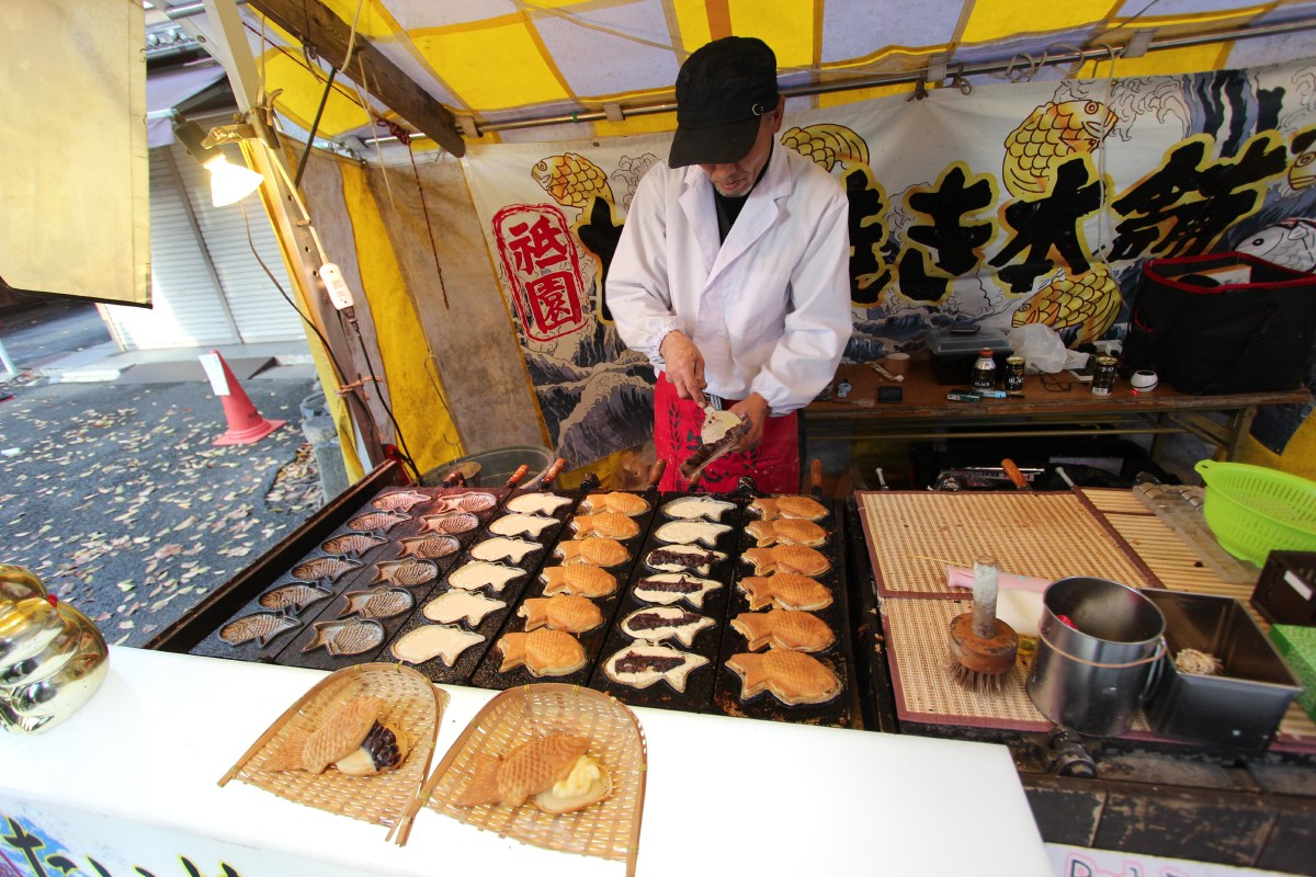 There are many street vendors in the route between the temples. This is a sweet snack with either red bean paste or custard. Nice!