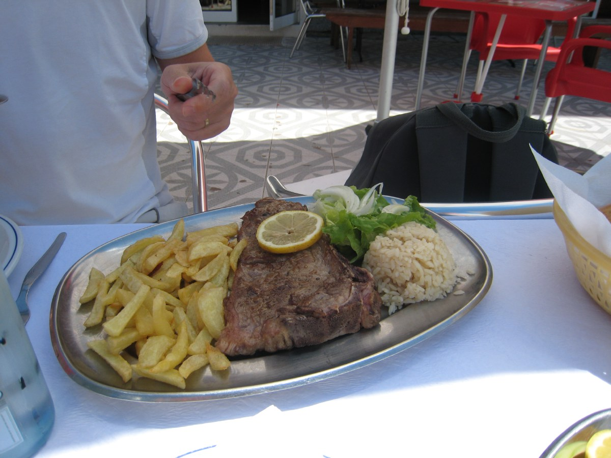 We eat a bite outside on the terrace of the local snack bar... Rarely have we been served such a good steak!