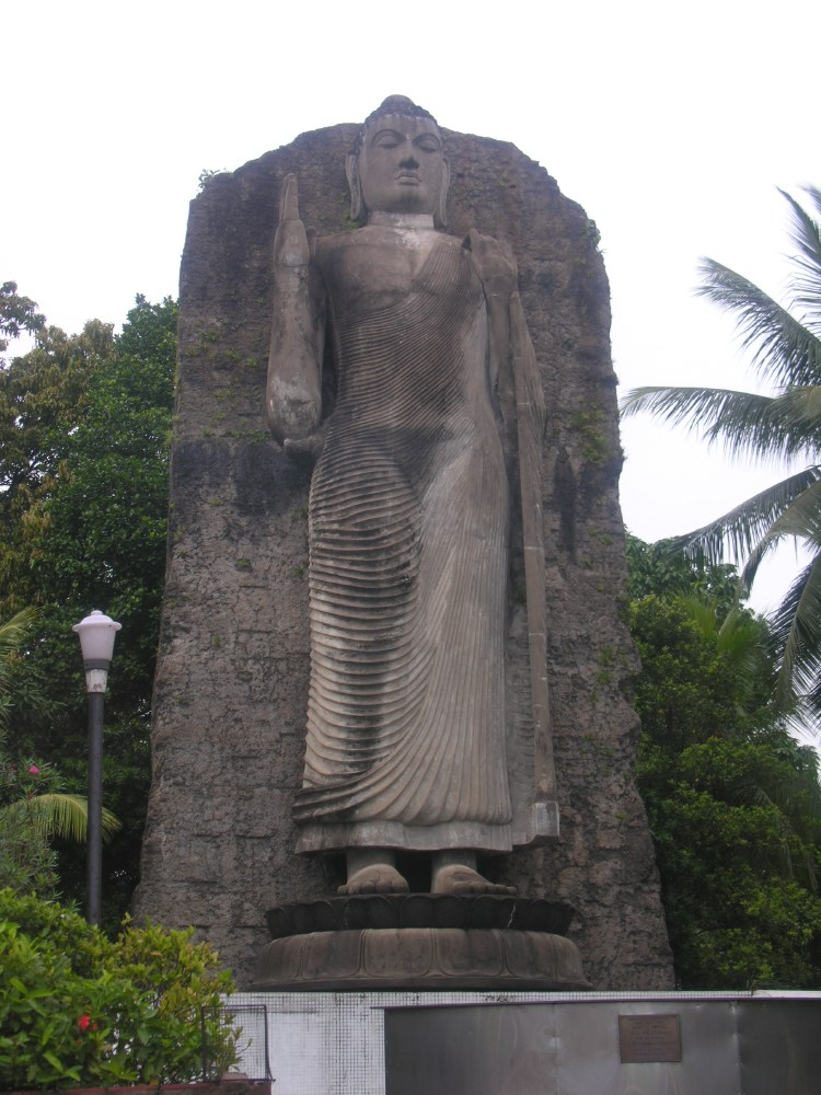 Boeddha right next to the street