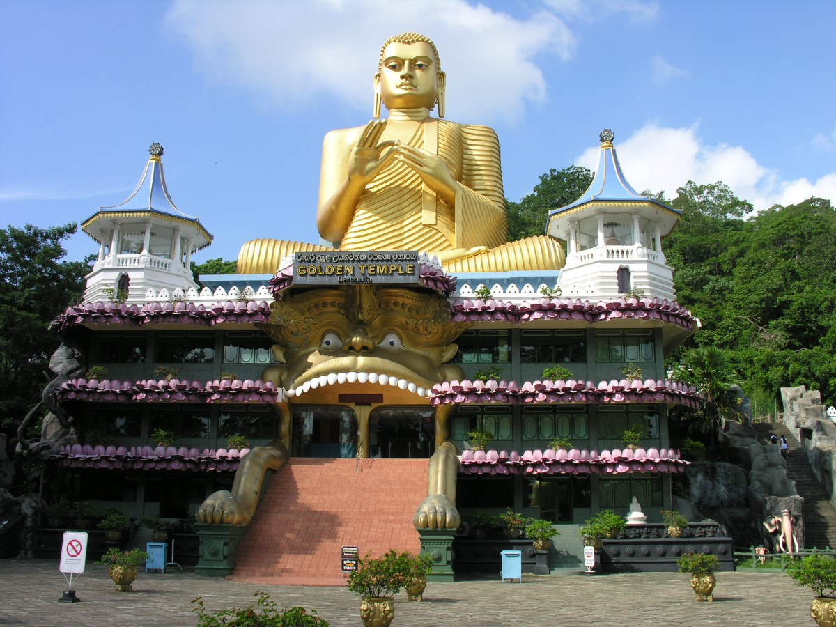 Day 4 - The entrance building of the Dambulla Cave Temple on the base of the hill is a magnificent example of singalese kitsch...