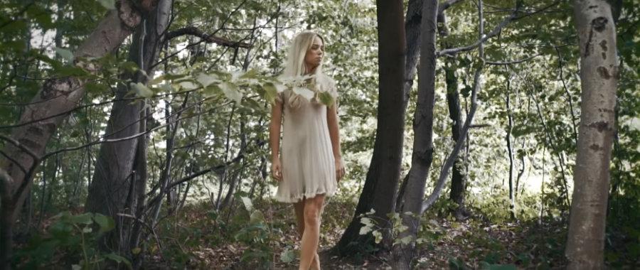 Suchende Frau im Wald