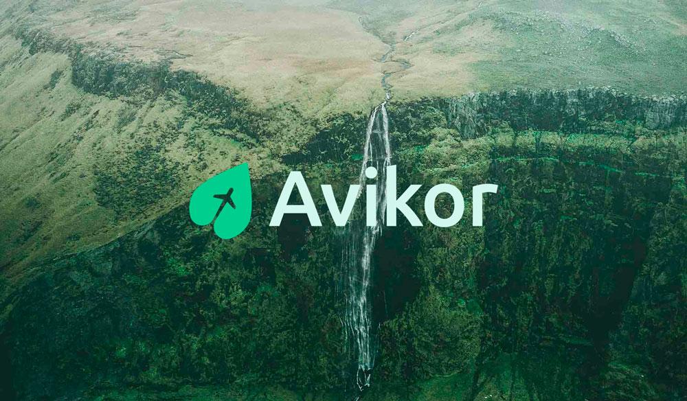 Paisaje vegetal con el logo de Avikor.