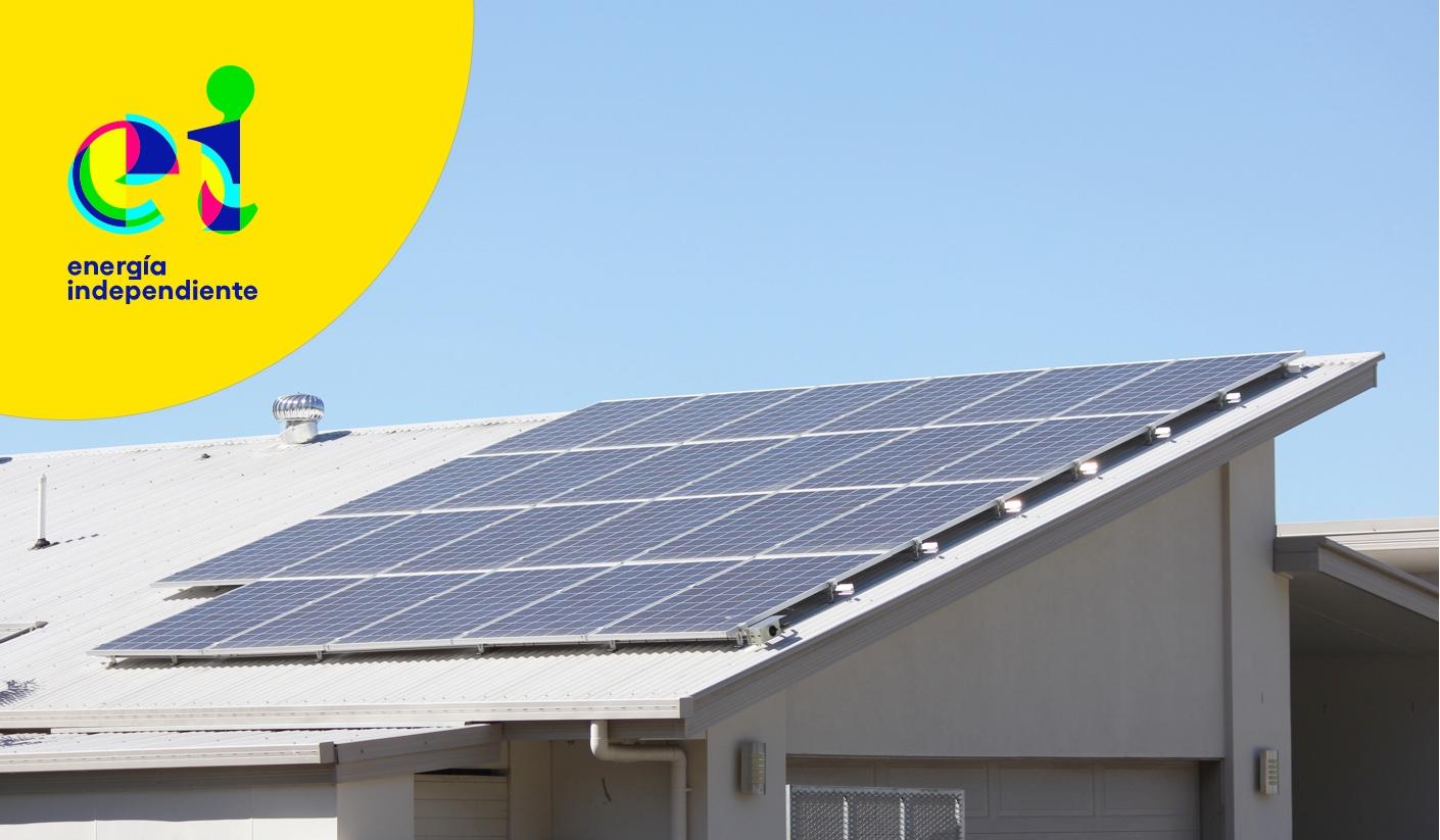 Tejado de una casa con paneles solares.