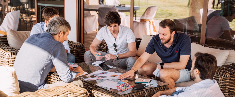 Un grupo sentados alrededor de una mesa