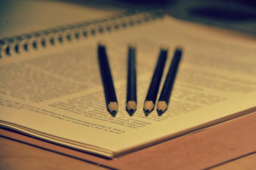 Lápices sobre cuaderno en redacción