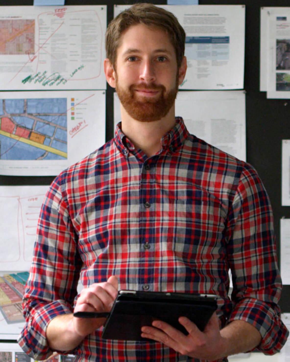 Mężczyzna w koszulki w kratę z tabletem