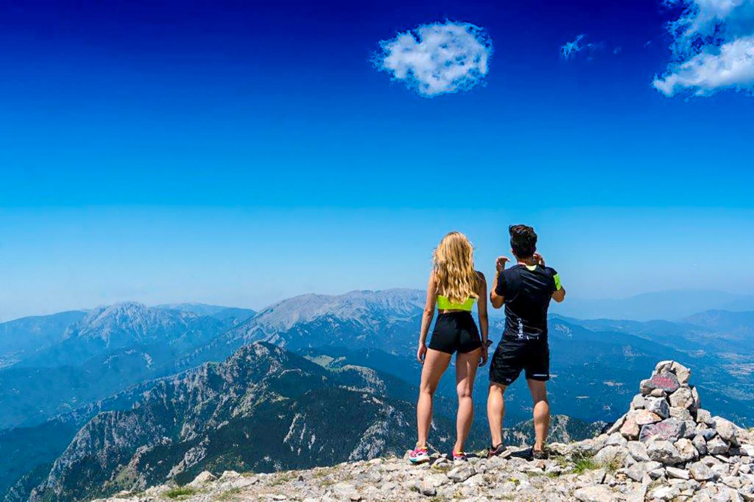 Pareja observando las montañas del Cadí