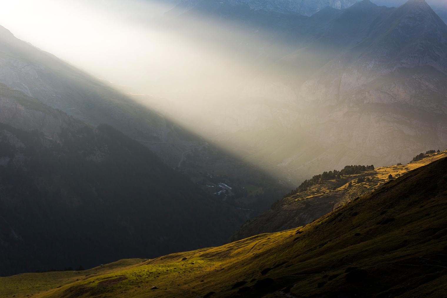 Rayo de luz sobre la montaña