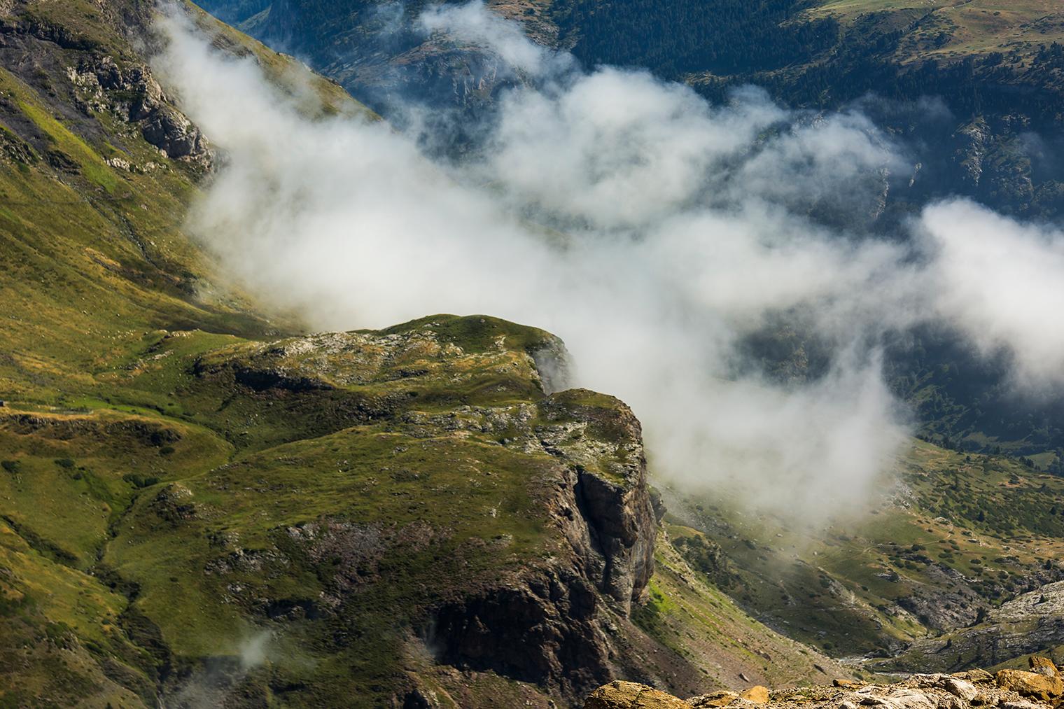 Ladera de una montaña con nubes