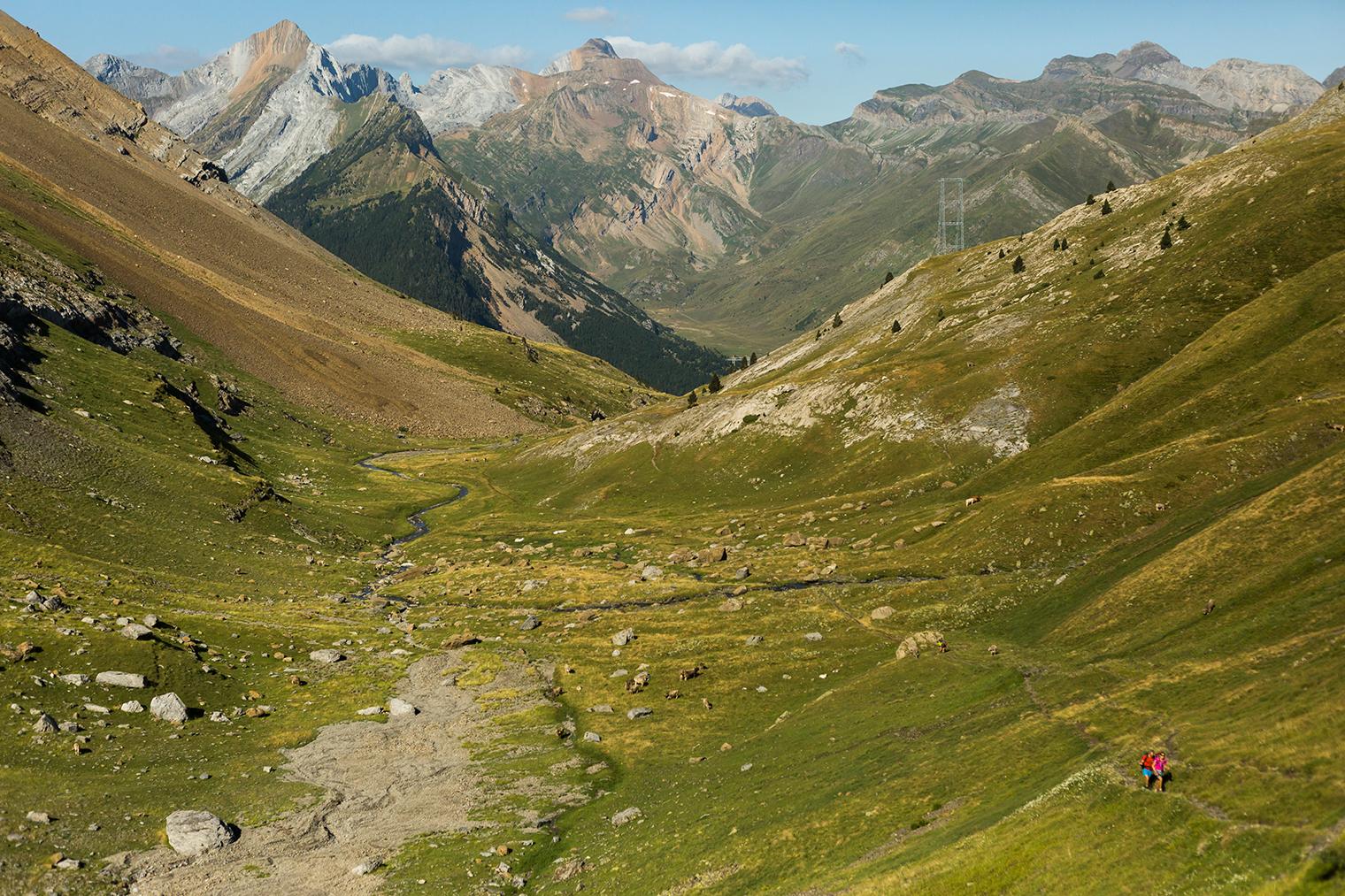 Dos ruteros recorriendo la ruta entre montañas