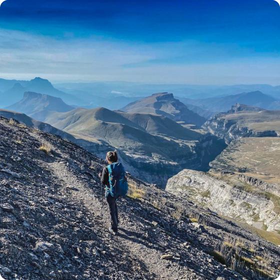 Rutera caminando por la montaña
