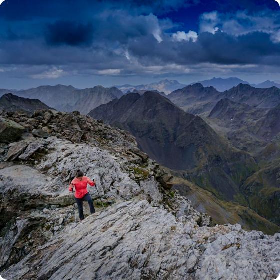 Rutera llegando a la cima de la montaña