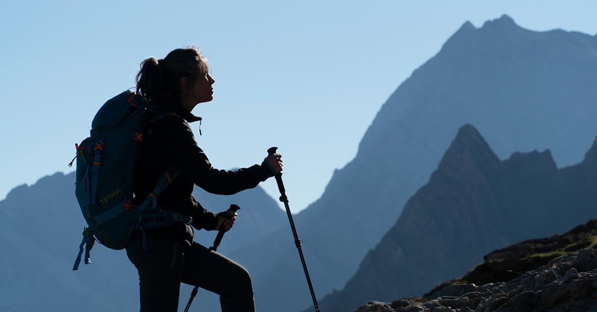Mujer escalando montaña