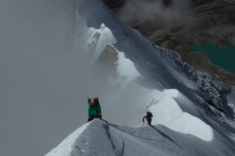 Alberto junto a otro escalador escalando una cima nevada