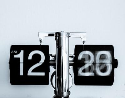 Zeit und Geld zu sparen. Mitarbeiter entlassen und Aufgaben automatisieren.