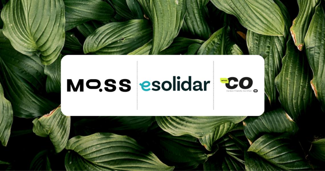 Selos de compensação de carbono com o logotipo da esolidar e Moss, folhas verdes ilustrativas ao fundo.