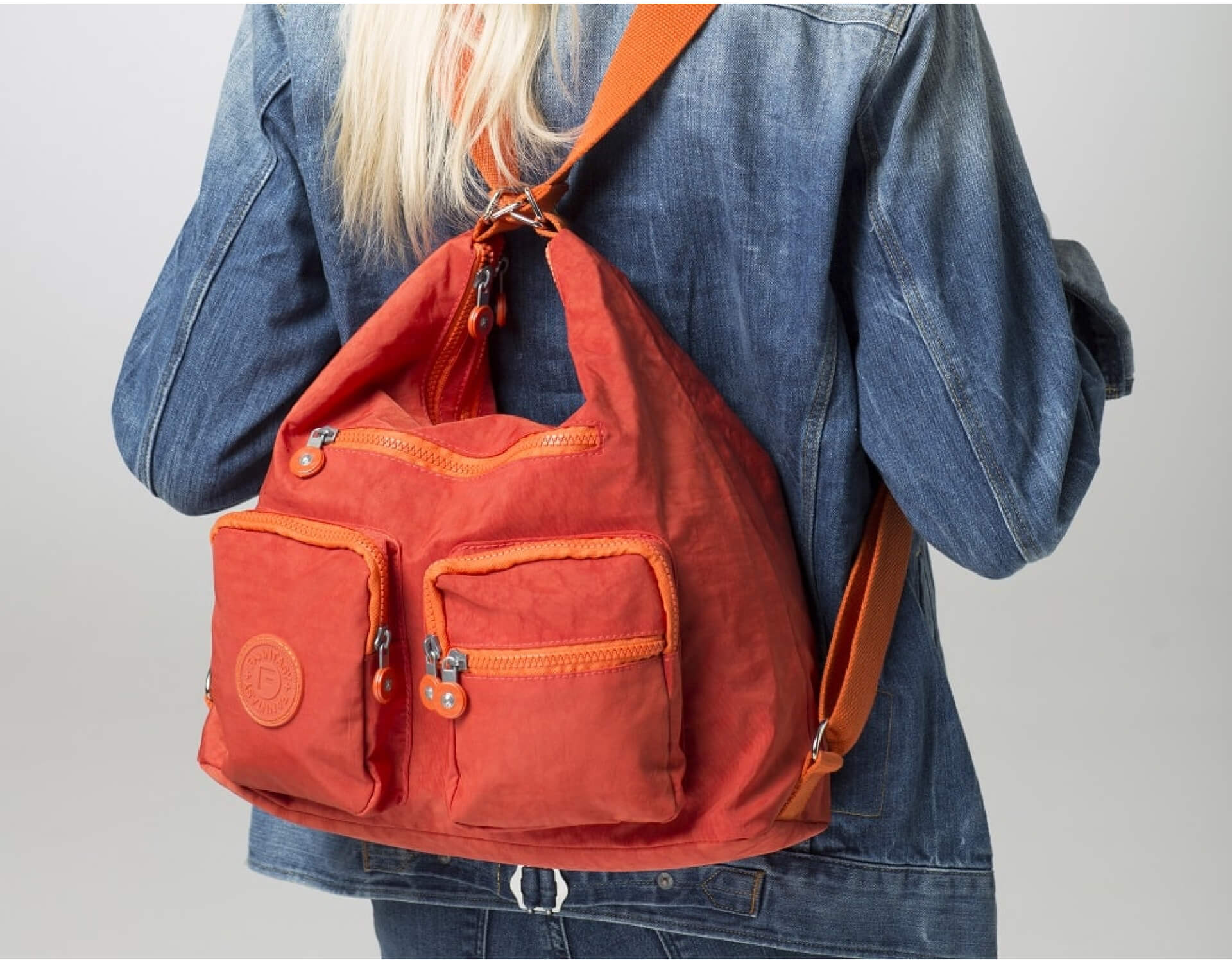First way of wearing the bergsflexy is as a shoulder bag. We could call it the basic form, open a brand new one and it looks like this.