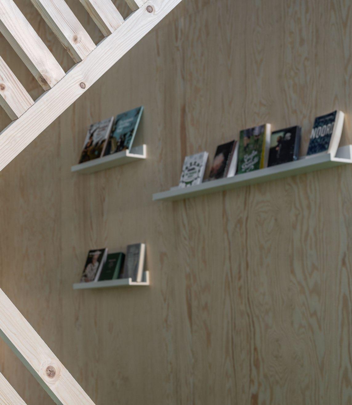 Detail foto van boekenplank in de chill ruimte van fel.