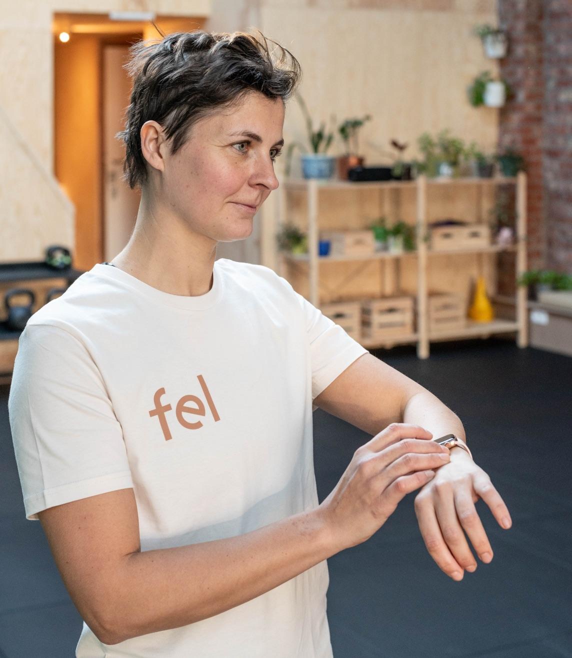 Foto van An Soenens die horloge vast heeft om een oefening te timen.