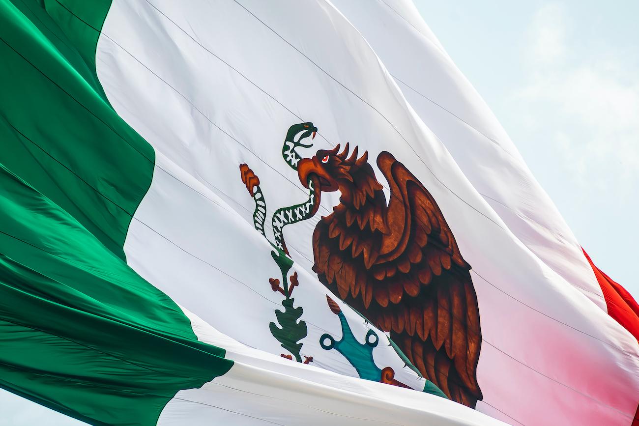 Bandera de México ondeando en primer plano