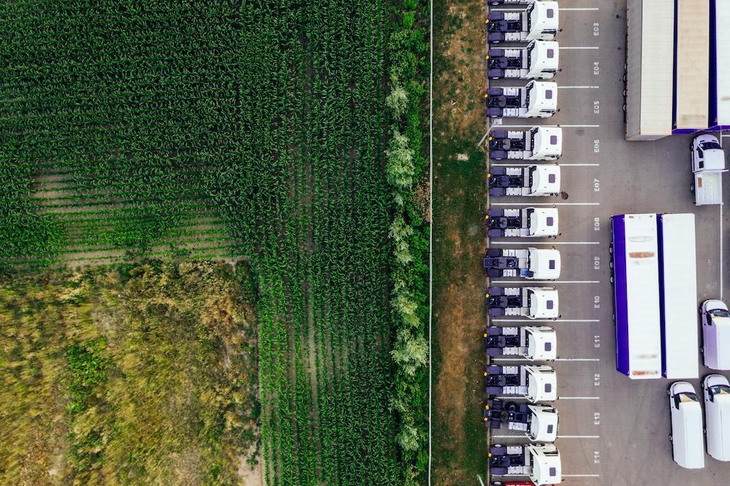 Paisaje de estacionamiento de camiones de carga