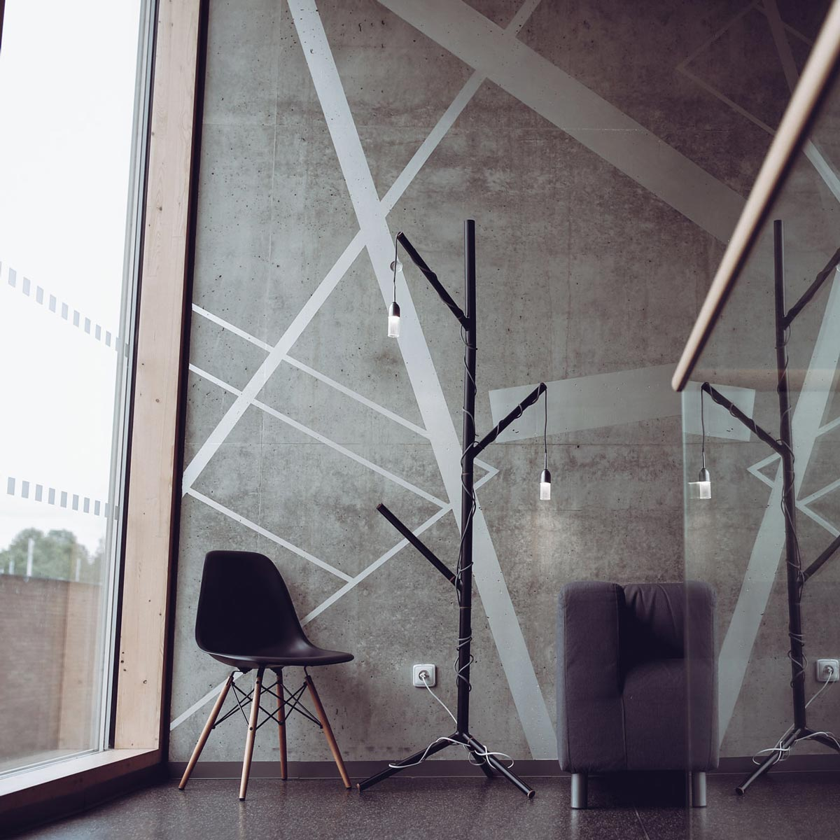 Svítidlo vyrobené z odpadu nalezeného na Univerzitě. Ocelové trubky, laboratorní sklo a odřezky jatobového dřeva. Ocelová stínítka jsou magnetická a umožňují přichycení ke konstrukci a natočení jakýmkoli směrem. Obě svítidla jsou navíc modulární, díky JSTM hubu lze připojit 1-6 světelných zdrojů.