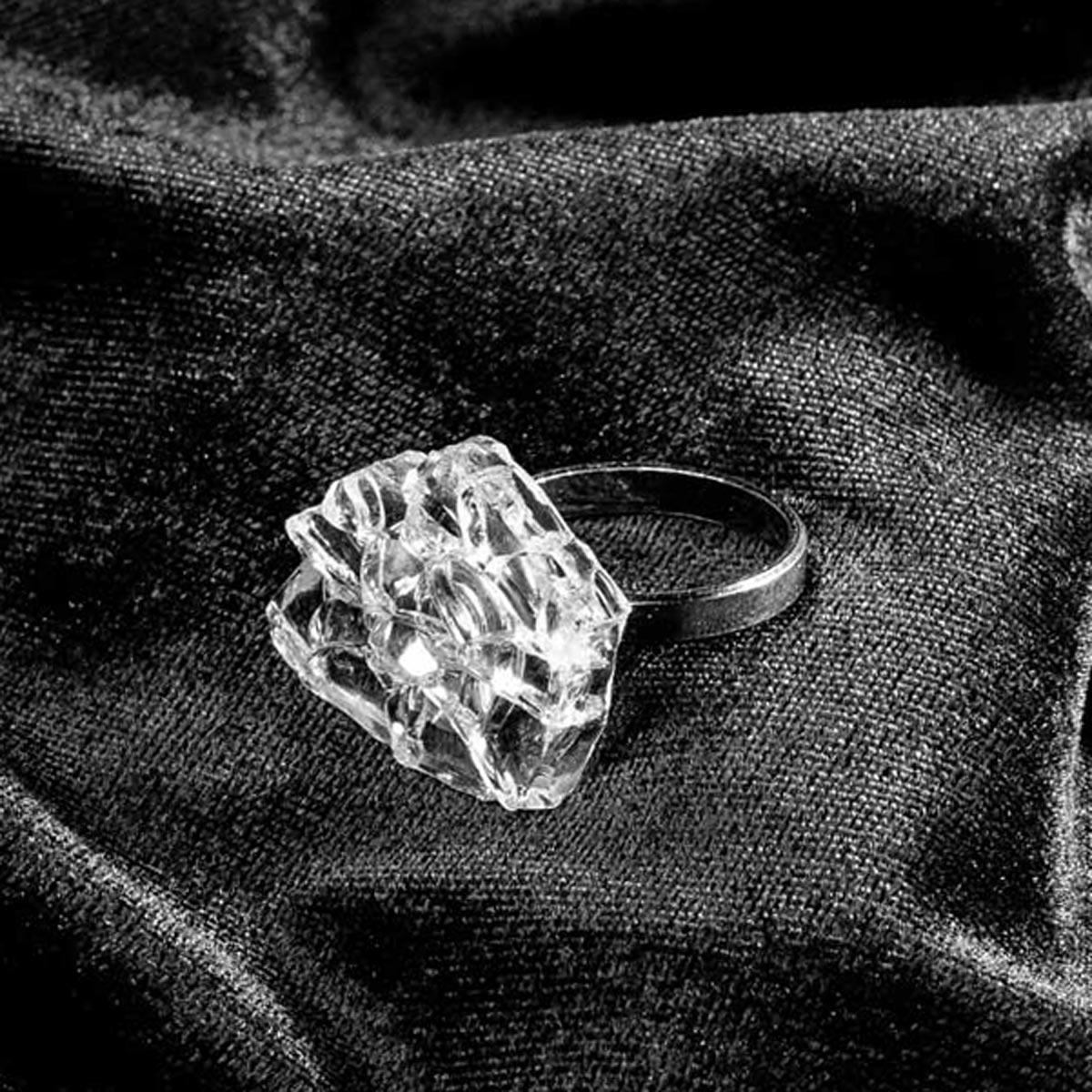 Z vymlácenýho okna naší dodávky vznikly tyhle jedinečný šperky z dílny ŽELÉ JEWELLERY. Limitka pro 60 vostrejch holek. Každej kus je originál tvarem i velikostí. Největší střepy, který z tranďáka zbyly.