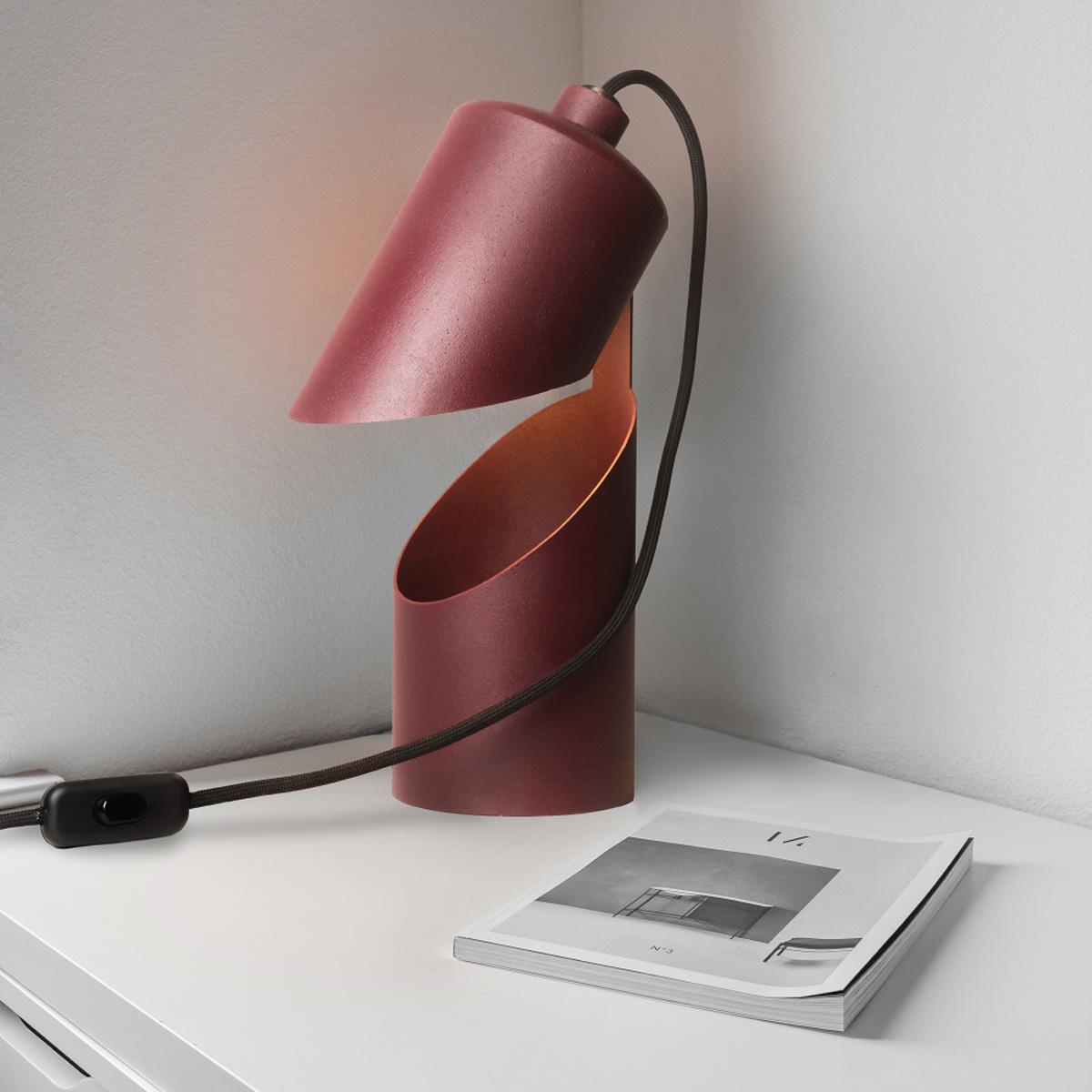 Lampičky vyrobené z vyřazených hasících přístrojů. Cílem bylo využít staré hasičáky, které je obtížné recyklovat. Jejich prořezáním a vyklopením vznikla minimalistická lampa ve třech barevných provedeních