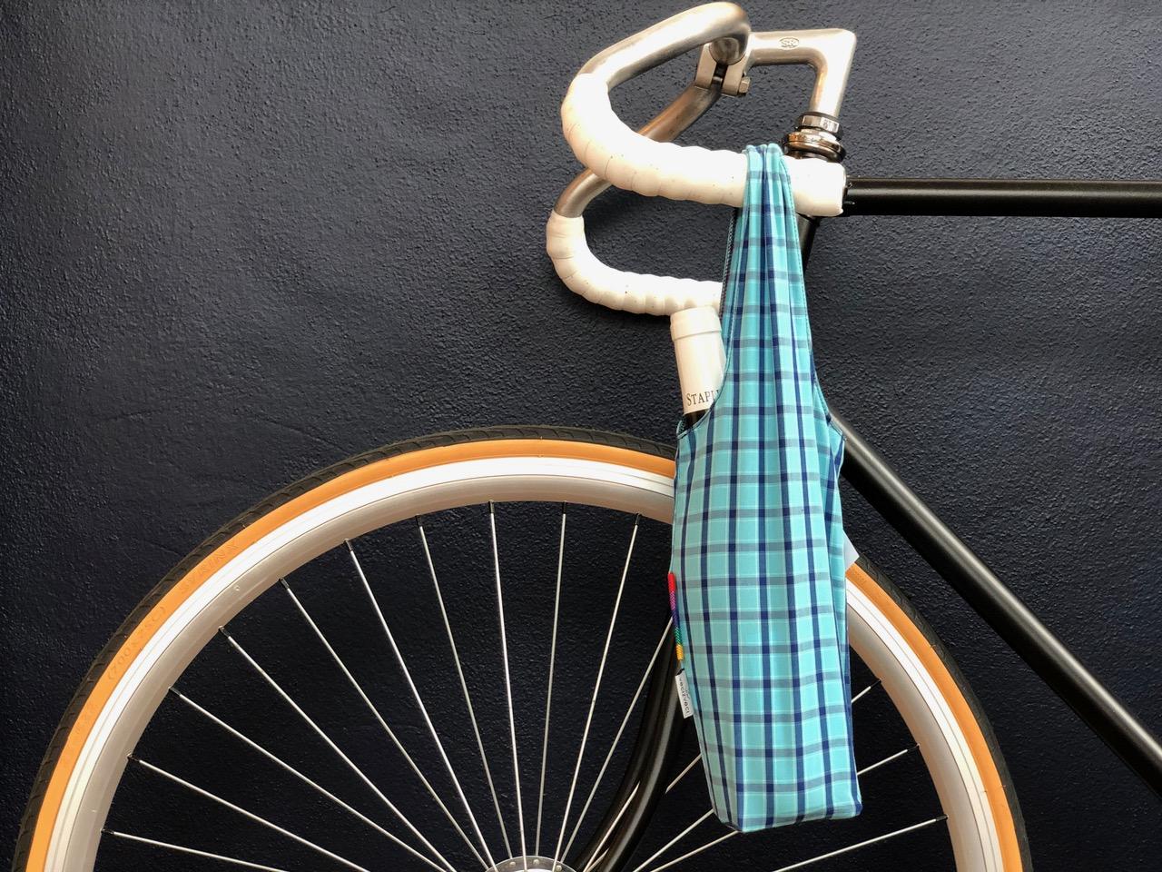 Tvoříme nové věci ze starého oblečení. Nic víc, nic míň. Podporujeme současný trend pokrokového využívání textilií a vyrábíme tašky, batohy nebo trička z up-cyklovaných látek.