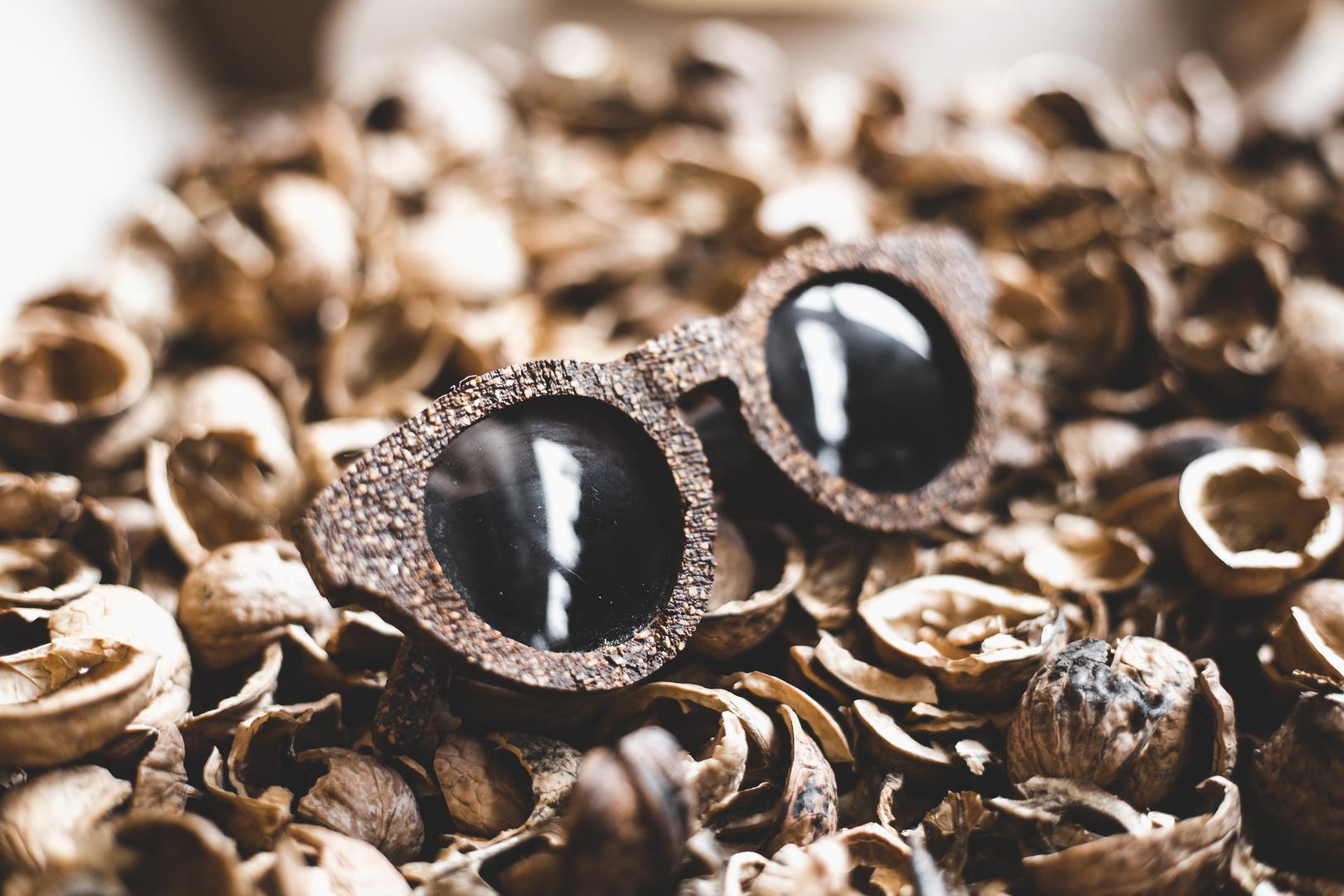 Obroučky brýlí jsou vyrobené z rozemletých skořápek vlašských ořechů, rozložitelného pojiva a 3d tisknutého PLA plastu. Díky tomu jsou odbouratelné a neškodí životnímu prostředí.
