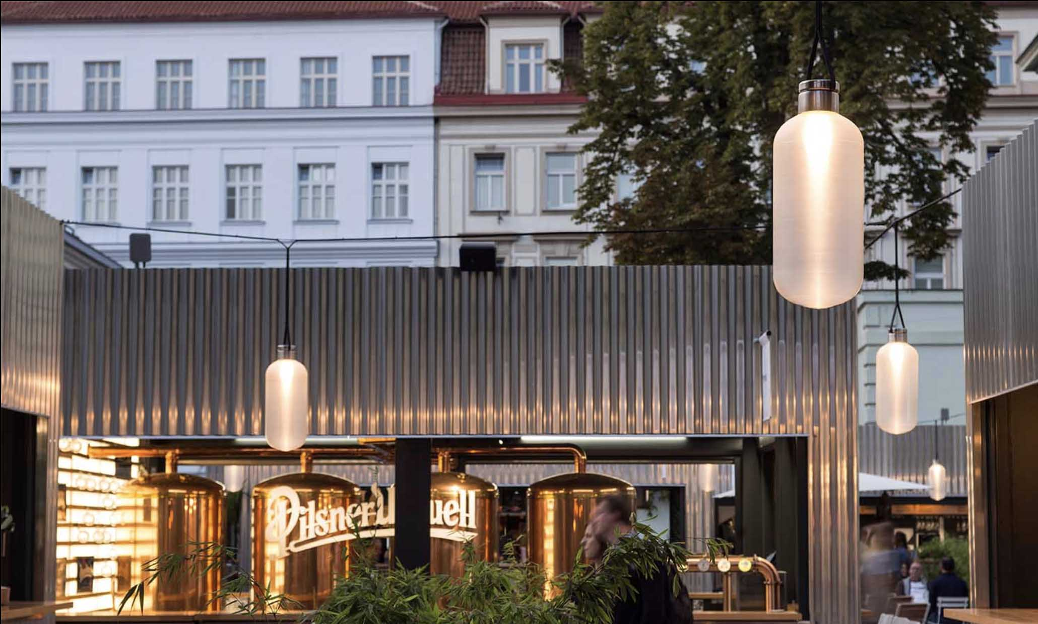 Pod taktovkou arci archi studia Chybik+Krištof - ve spolupráci s KOMA Modular - vznikl tenhle gastronomický market. Místo pro zážitky. A nad tím vším visí naše světla PETing v exteriérové úpravě.