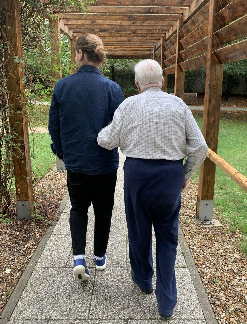 Accompagnateur accompagne retraité pour une promenade