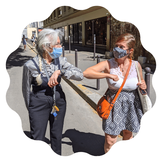 Retraitée et accompagnatrice marchent dans la rue
