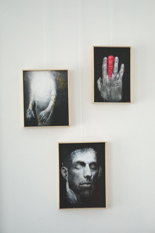 3 Bilder von Dennis Holzmüller, geborener Karlsruher. Eine Hand mit rotem Finger, eine Gestalt die von weißem Schein verdeckt wird, ein Kopf dessen Augen weiß und leer sind.