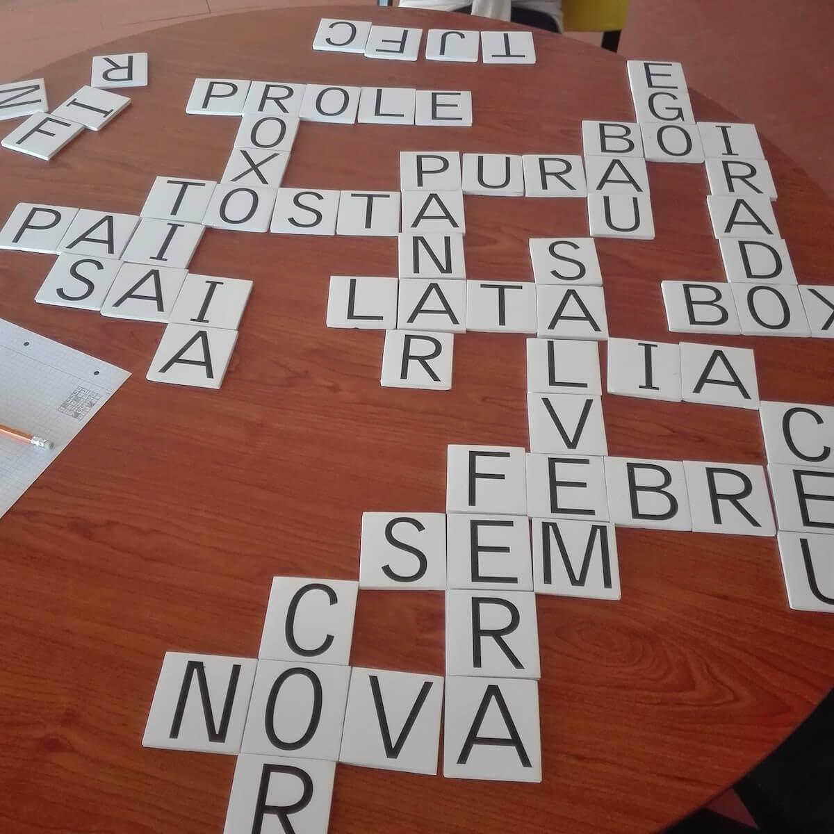 palavras cruzadas em cima de uma mesa da escola