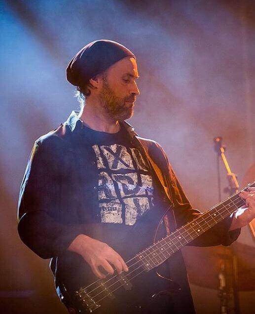 Paulo Freixinho a tocar baixo num concerto de música