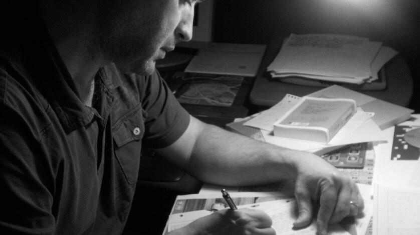 Paulo Freichinho a criar palavras cruzadas no sótão