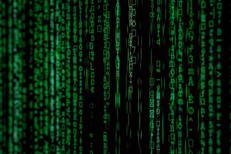Ecrã de computador com letras a cair tipo Matrix