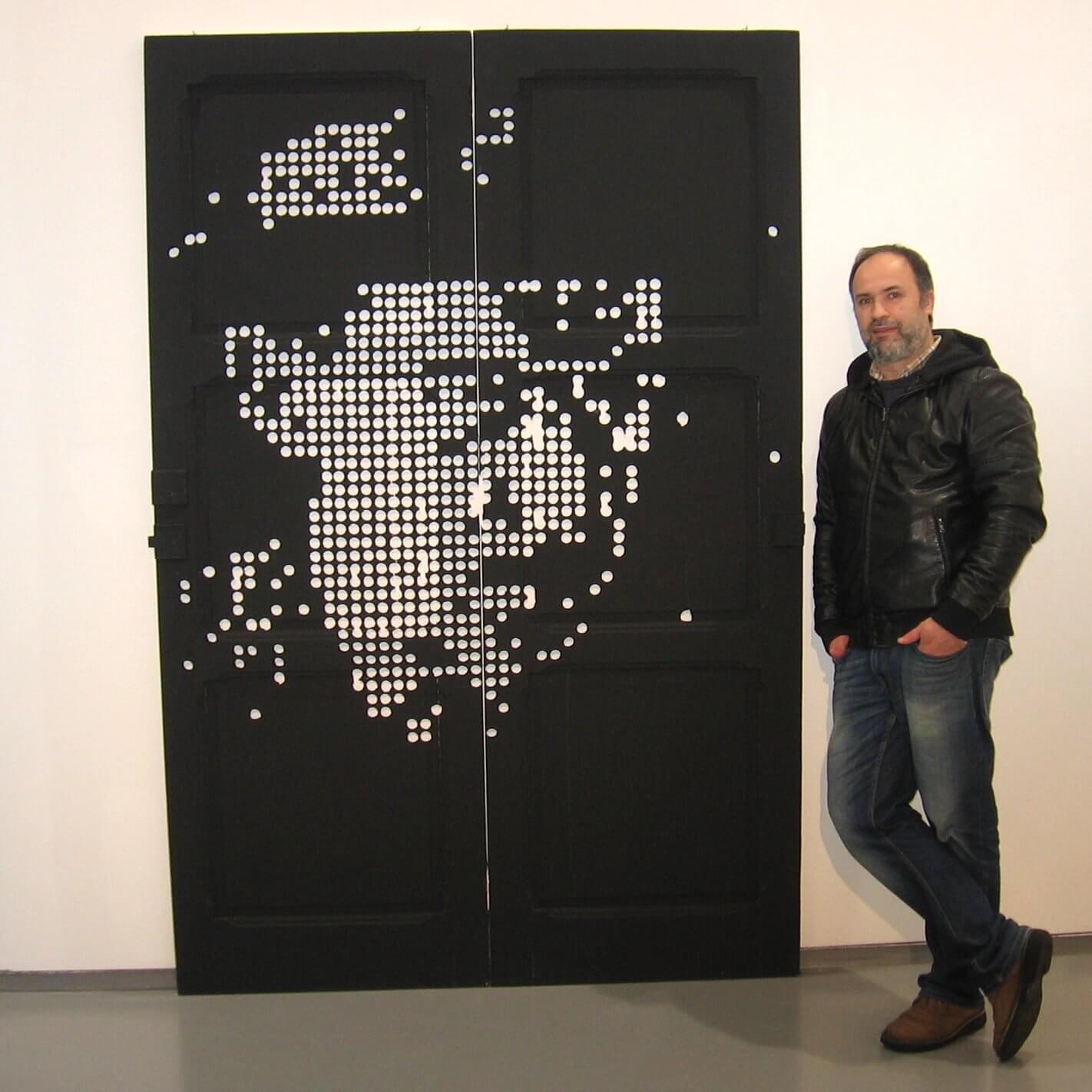 Paulo Freixinho junto à obra de Fernando Pessoa