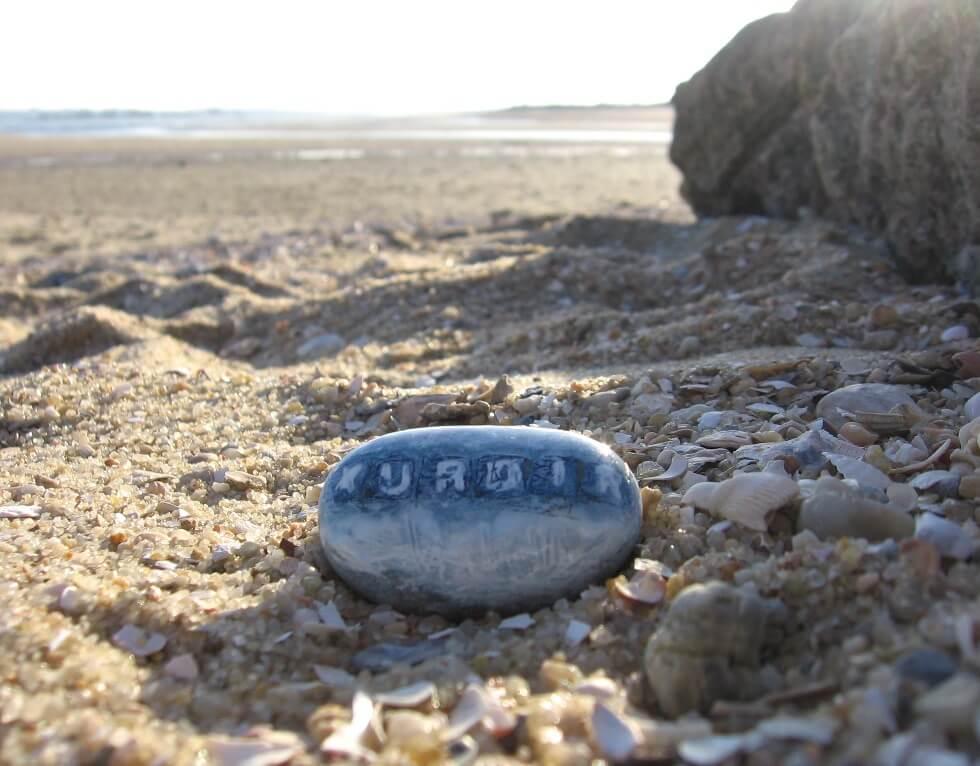 Pedra com a palavras Xurdir na Praia de Alburrica