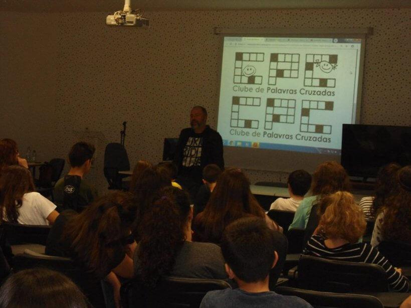 Paulo Freixinho numa sessão de Palavras Cruzadas numa escola
