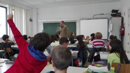 Crianças na escola numa sessão do clube de Palavras Cruzadas