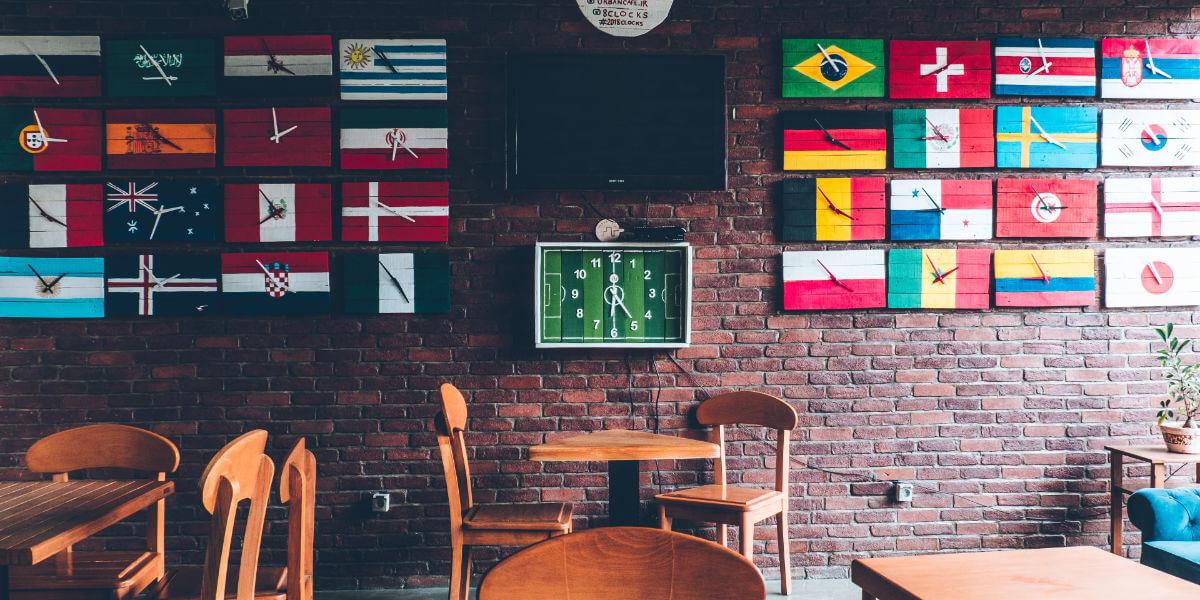Bar com bandeiras de vários países na parede