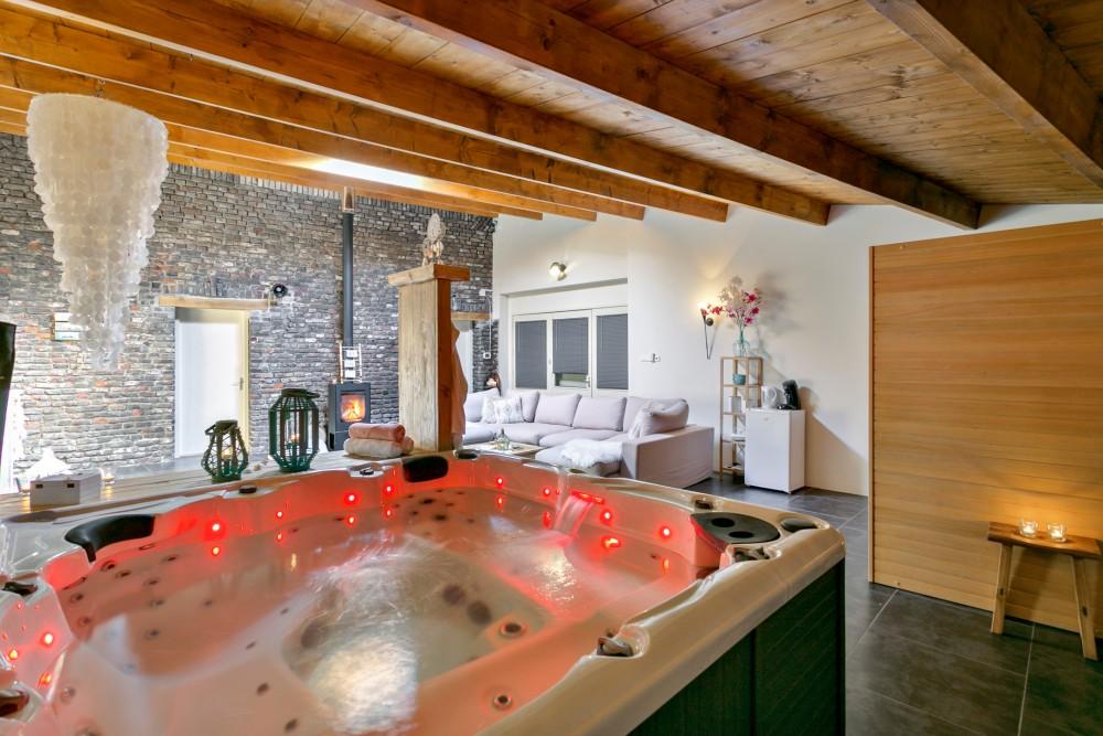 Het Gelukshuis Stevensweert locatie met Jacuzzi en sauna. Hier kan je overnachting met de cadeaubon.