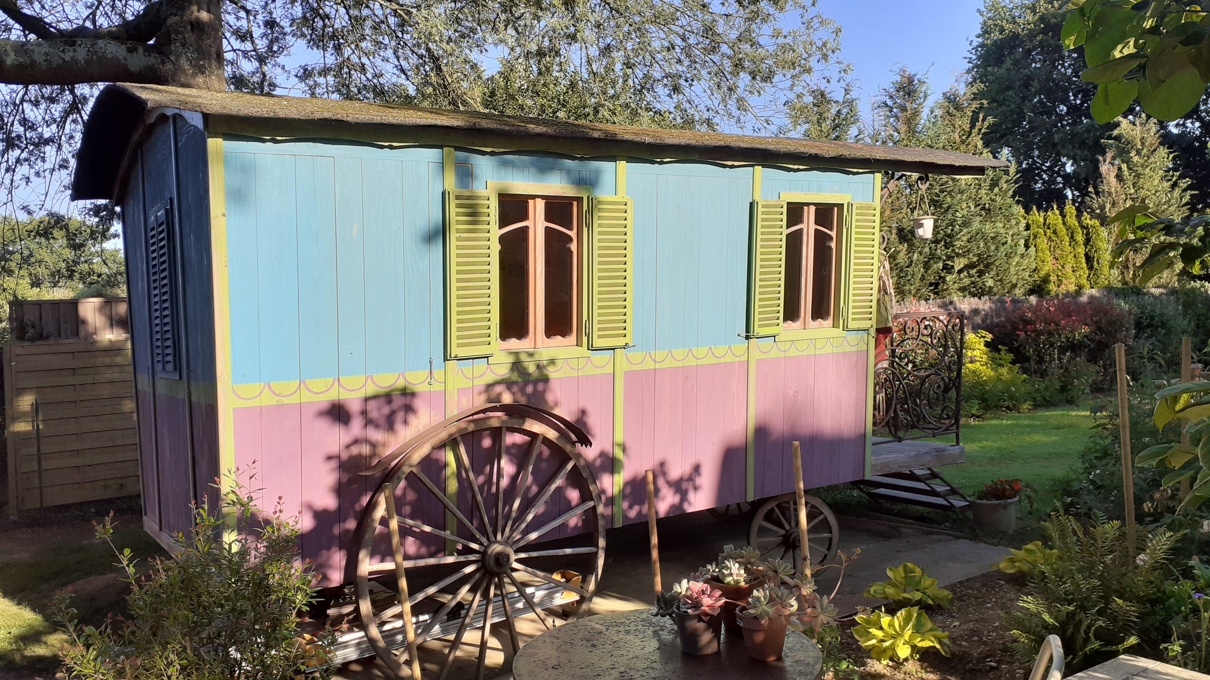 La roulotte en deux couleurs présente deux fenêtres