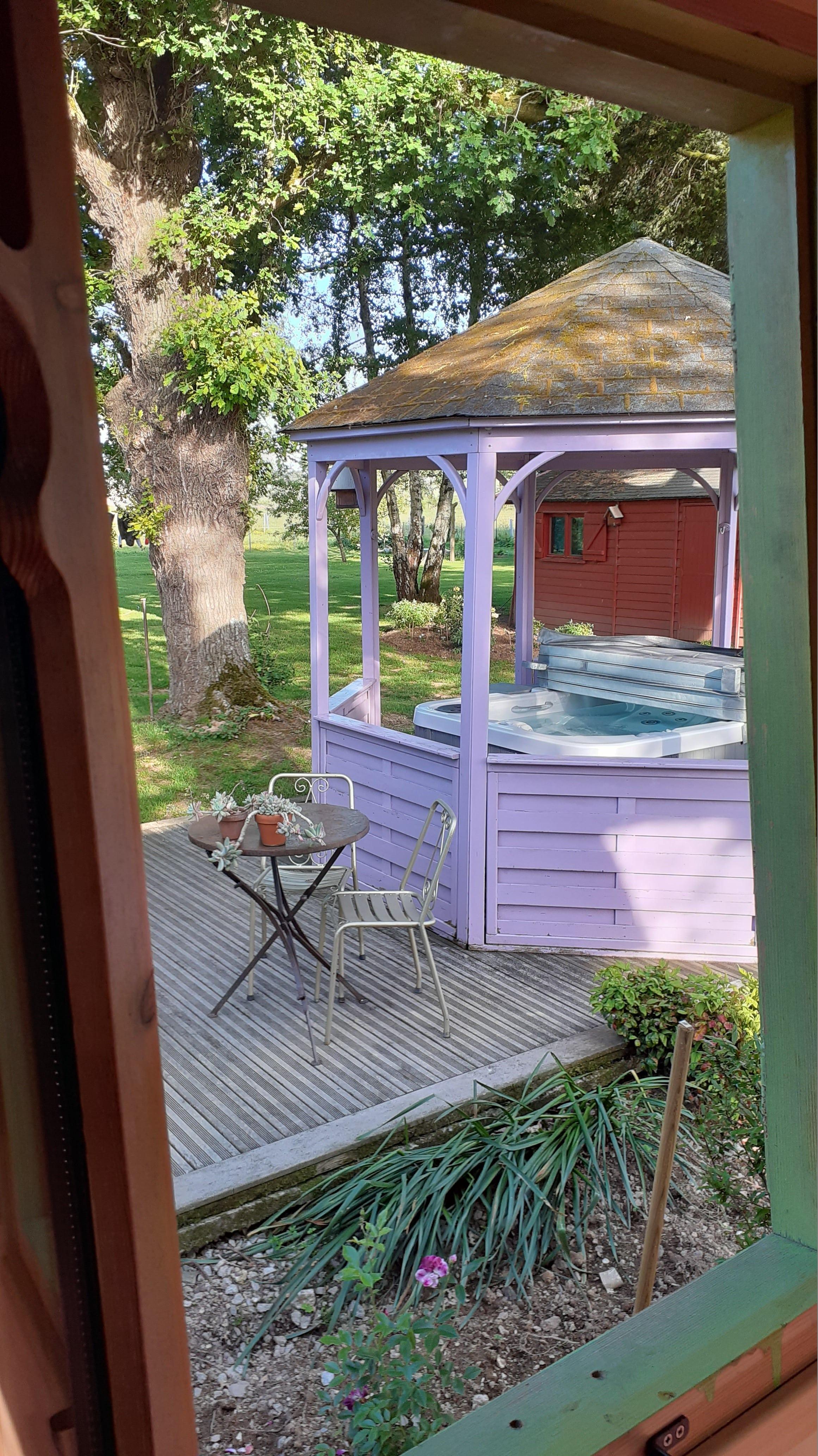 La roulotte s'ouvre sur le jardin.