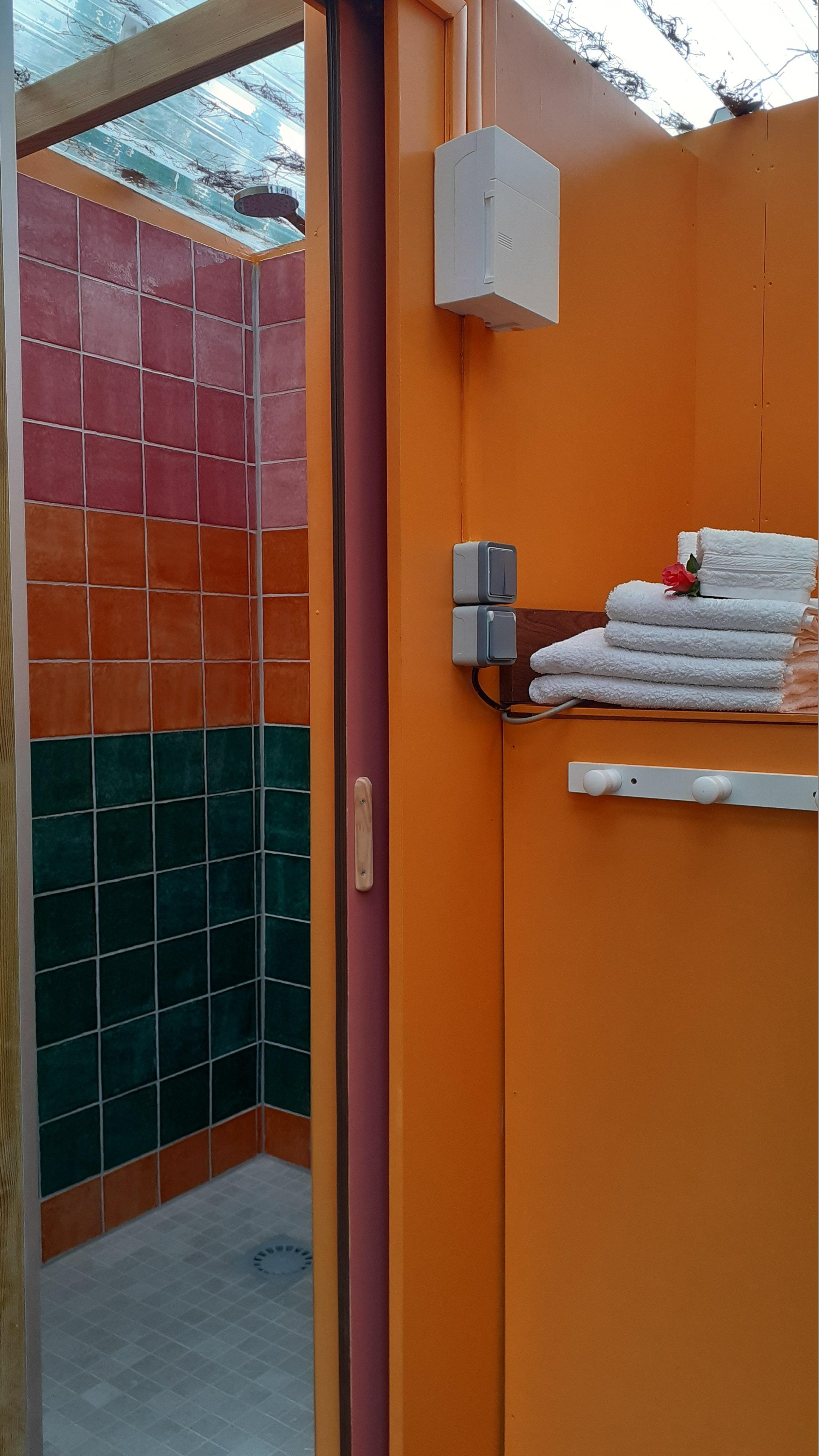 Les sanitaires de la roulotte se composent d'un lavabo et de toilettes sèches.